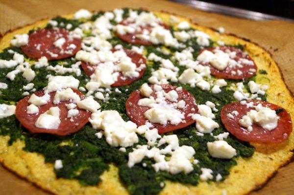 Blumenkohlpizza mit Spinat, Salami und Schafskäse